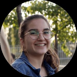 """""""Ich habe so viele tolle  und unterschiedliche Menschen kennen lernen dürfen und cogita gab mir außerdem die Chance mich in meinen eigenen Kompetenz zu erproben und mich so in meiner Persönlichkeit weiterzuentwickeln."""" - Alicia, 24, Alumna"""