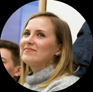 """""""Cogita hat mir einen Einblick in die Beratung ermöglicht, meine Fähigkeiten durch Workshops ausgebaut und mein Netzwerk erweitert - natürlich mit einer Menge Spaß bei Vereinssitzungen, Teambuildings und weiteren Events!"""" - Karolina, 29, Alumna"""